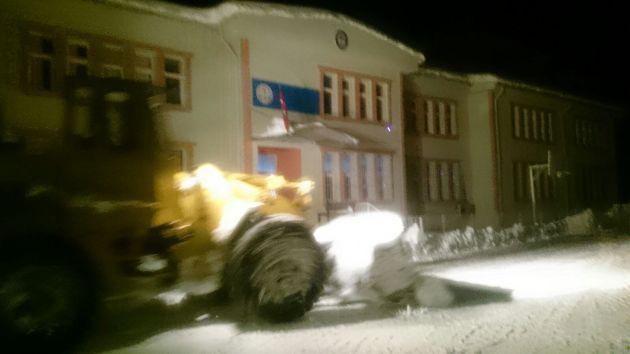 Şalpazarı Belediyesi Ekipleri İlçe merkezindeki okulların bahçelerini kardan temizledi