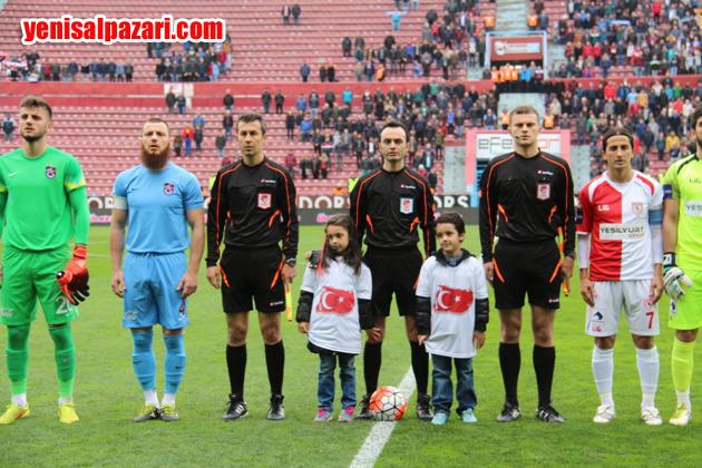 Hakem Ali Şükrü Beldüz, maçın 5. dakikasında Trabzonsporlu futbolcuların omuzlarında sahayı terk etti