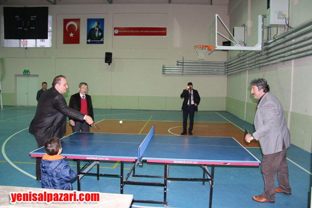 Kaymakam Cafer Sönmez, Gençlik Hizmetleri ve Spor Müdürü Ahmet Karaçoban ile bir süre masa tenisi oynadıktan sonra Salondan ayrıldı