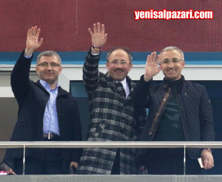 Trabzonspor - Galatasaray karşılaşmasını Üsküdar Belediye Başkanı Av. Hilmi Türkmen, RTEÜ Rektörü Prof. Dr. Hüseyin Karaman ve Tuzla Belediye Başkan Yrd. Ahmet Çabuk locadan izledi