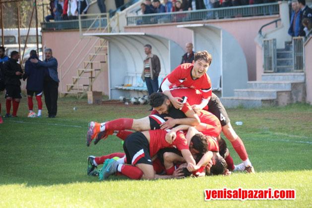 Şalpazarısporlu oyuncuların gol sevinci